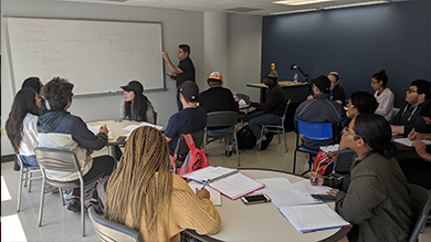 Fall 2016: SI Leader Stephaine Ibe leads a BIOL 1301 study session.